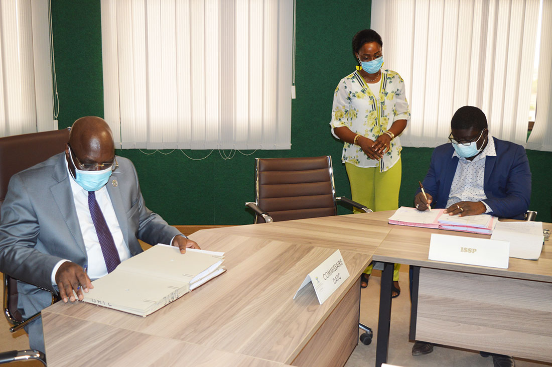 Signature de convention, le 20 mai 2020,  entre l'UEMOA et le groupe d'institutions représenté par l'ISSP pour la mise en œuvre du Centre d'Excellence de l'Habitat (CEH)