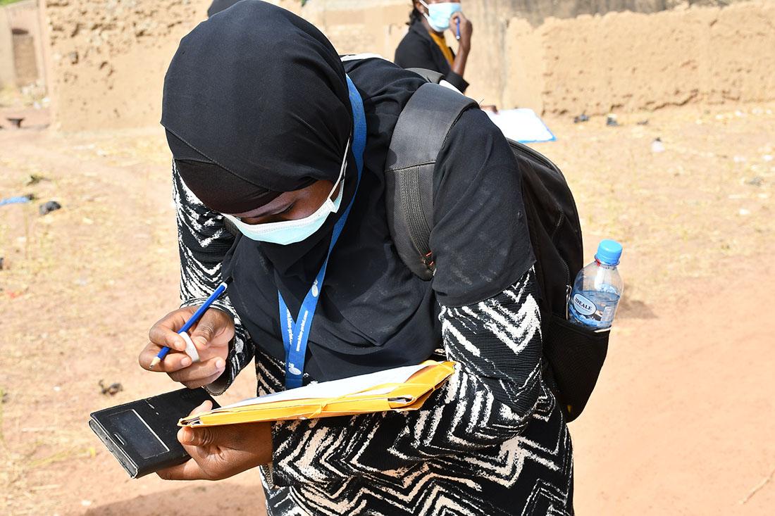 Sur le terrain, une enquêtrice résidente du projet PMA s'exerce à l'identification des Zones de Dénombrement (ZD) pour la phase 2 d'enquête.